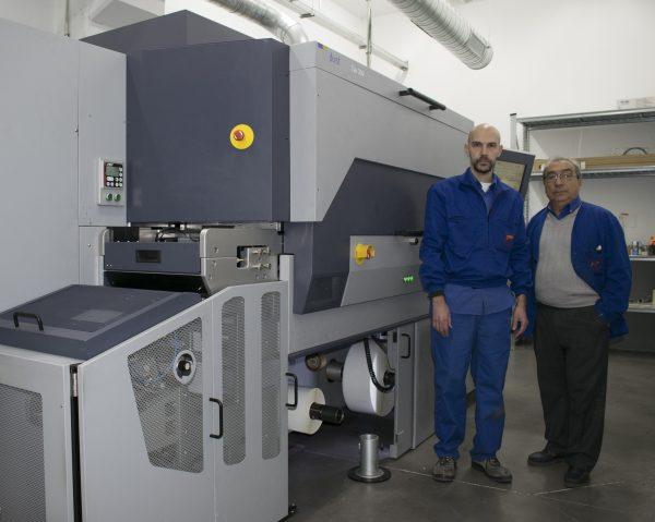 Francisco Bonet y el responsable de producción digital en las instalaciones de Rospil, junto a su Tau 330 para la producción digital de etiquetas.