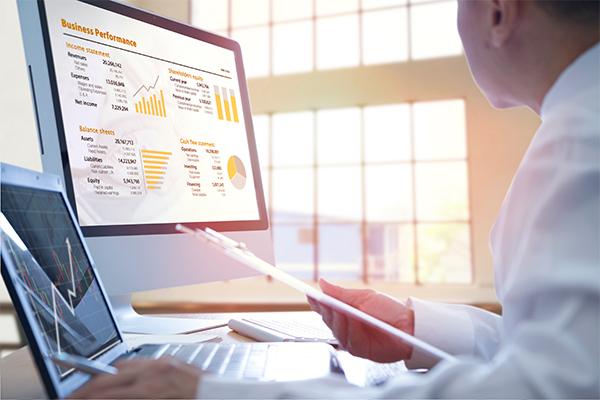 oficinista calculando en su ordenador indicadores de negocio