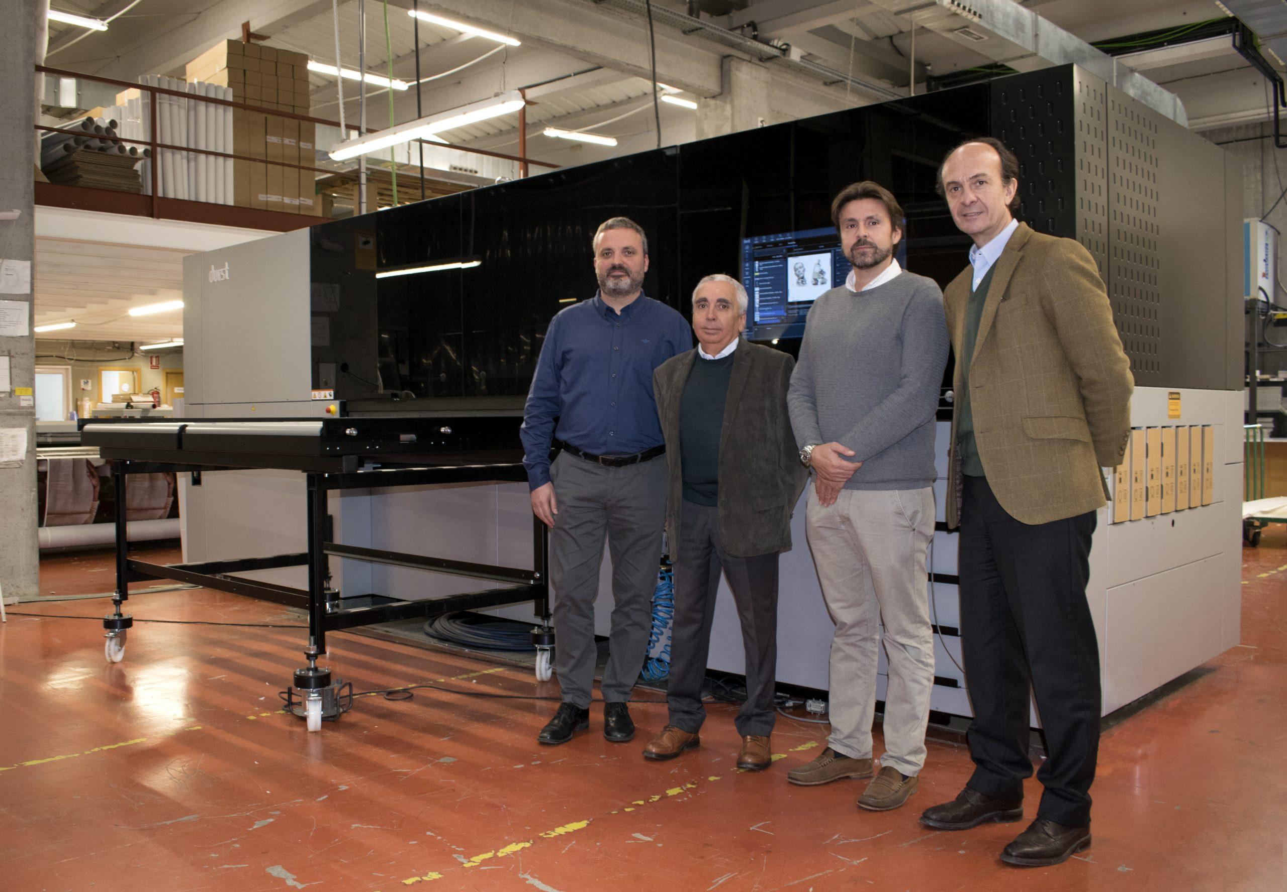 La dirección de Manual Color y parte del equipo de Durst frente a la nueva unidad P5 200 HS